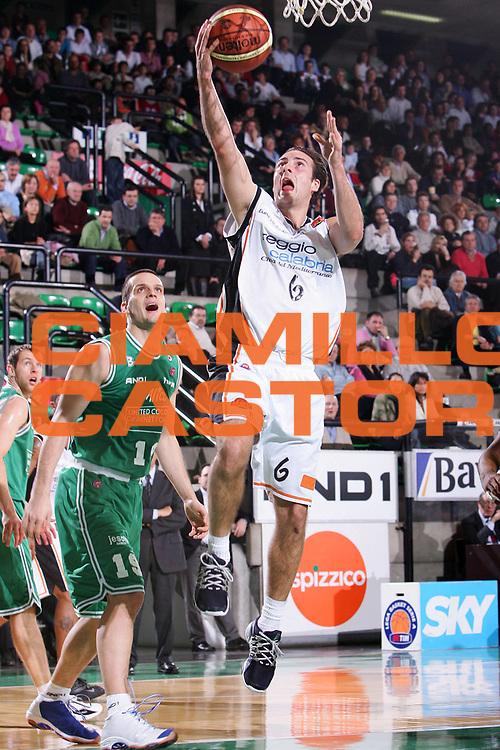 DESCRIZIONE : Treviso Lega A1 2005-06 Benetton Treviso Viola Reggio Calabria <br /> GIOCATORE : Capin <br /> SQUADRA : Reggio Calabria <br /> EVENTO : Campionato Lega A1 2005-2006 <br /> GARA : Benetton Treviso Viola Reggio Calabria <br /> DATA : 29/01/2006 <br /> CATEGORIA : Tiro <br /> SPORT : Pallacanestro <br /> AUTORE : Agenzia Ciamillo-Castoria/S.Silvestri <br /> Galleria : Lega Basket A1 2005-2006 <br /> Fotonotizia : Treviso Campionato Italiano Lega A1 2005-2006 Benetton Treviso Viola Reggio Calabria <br /> Predefinita :