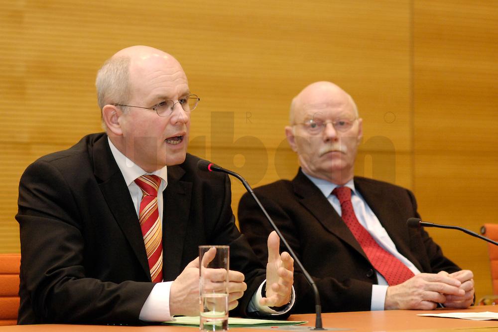 22 FEB 2006, BERLIN/GERMANY:<br /> Volker Kauder (L), CDU, CDU/CSU Fraktionsvorsitzender, Peter Struck (R), SPD Fraktionsvorsitzender, waehrend einer Pressekonferenz zum Thema &quot;100 Tage Grosse Koalition - Bilanz der Fraktionen&quot;, Jakob-Kaiser-Haus, Deutscher Bundestag<br /> IMAGE: 20060222-01-011