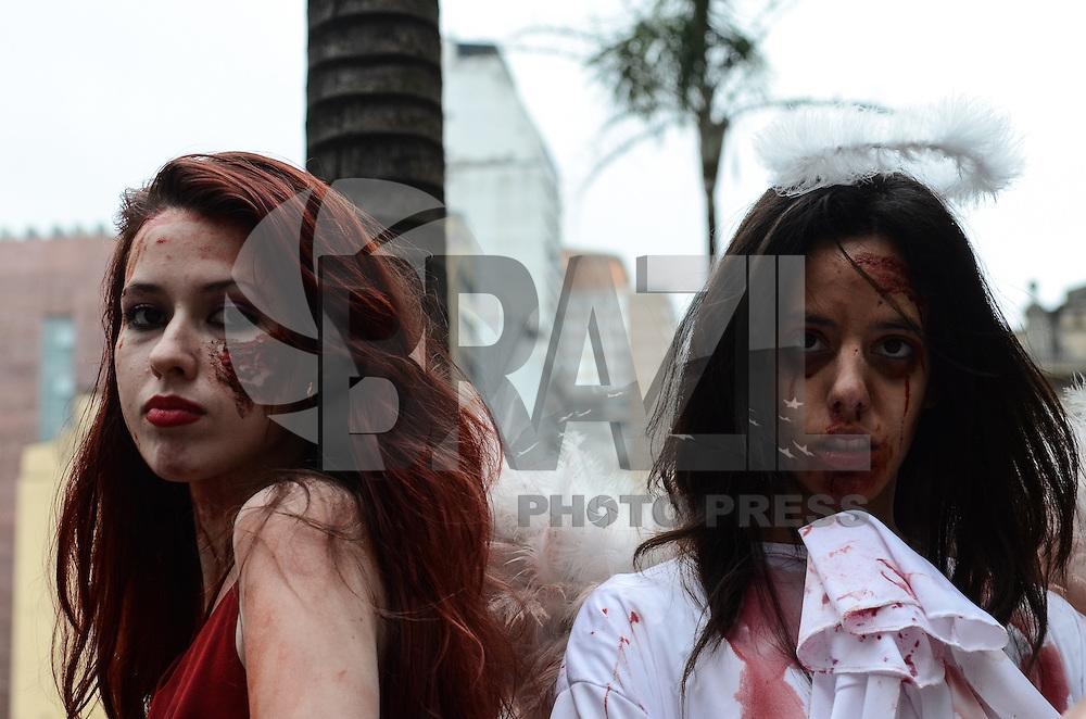 ATENCAO EDITOR: FOTO EMBARGADA PARA VEICULOS INTERNACIONAIS. SAO PAULO, SP, 02 DE NOVEMBRO DE 2012 - Pessoas fantasiadas de zumbis sao vistas pelas ruas do centro da cidade em marcha chamada  Zombie Walk, na tarde desta sexta feira, 02. FOTO: ALEXANDRE MOREIRA - BRAZIL PHOTO PRESS