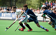 AMSTELVEEN -  Hockey Hoofdklasse heren Pinoke-Amsterdam (3-6).  Caspar van Dijk (A'dam)   met Lukas Sutorius (Pinoke)   COPYRIGHT KOEN SUYK