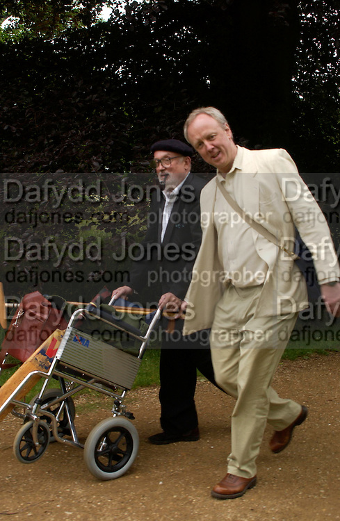 David Kirke and Louis Greig. The Dangerous Sports Club host the innauguaral Oxford V  Cambridge Punt Race. University Parks. Oxford. 25 June 2005. 25 June 2005. ONE TIME USE ONLY - DO NOT ARCHIVE  © Copyright Photograph by Dafydd Jones 66 Stockwell Park Rd. London SW9 0DA Tel 020 7733 0108 www.dafjones.com