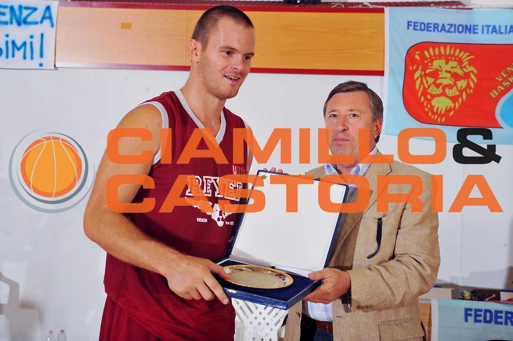 DESCRIZIONE : San Stino di Livenza Venezia Lega A 2009-10 Amichevole Vanoli Basket Cremona Reyer Venezia<br /> GIOCATORE : Alberto Causin<br /> SQUADRA : Reyer Venezia<br /> EVENTO : Campionato Lega A 2009-2010 <br /> GARA :  Vanoli Basket Cremona Reyer Venezia<br /> DATA : 05/09/2009<br /> CATEGORIA :  Premiazione<br /> SPORT : Pallacanestro <br /> AUTORE : Agenzia Ciamillo-Castoria/M.Gregolin