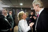 Nederland. Den Haag, 26 februari 2010.<br /> Partij voor de Vrijheid, PVV. Campagnebijeenkomst in een zaaltje Ockenburgh Active in het kader van de gemeenteraadsverkiezingen. In de pauze praat Geert Wilders met aanhangers. Politieke partij, aanhang, Geert Wilders, Politiek, lokale politiek<br /> Foto Martijn Beekman