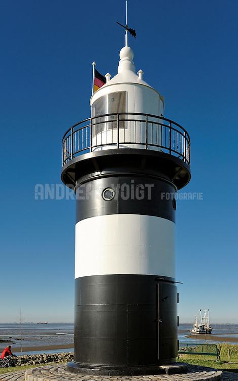 Vorbei am Leuchtturm fährt ein Krabbenkutter aus dem Hafen von Wrementief hinaus auf die Nordsee