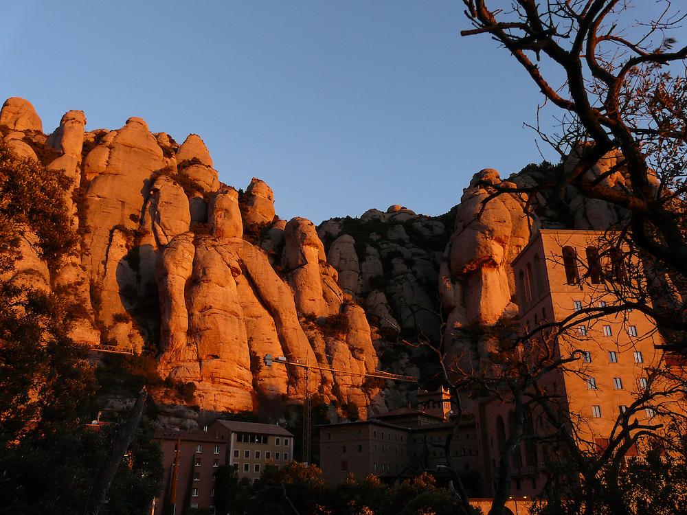 EN&gt; Rocks above the monastery | <br /> SP&gt; Las rocas en las que est&aacute; enclavado el monasterio