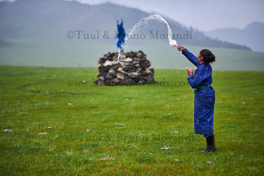 Mongolie, Province de Ovorkhangai, Vallee de l'Orkhon, campement nomade, femme nomade faisant une offrande aux esrpits du Ciel, Tengri // Mongolia, Ovorkhangai province, Orkhon valley, nomad woman making an offering to Tengri, the spirit of the sky