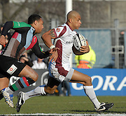 Twickenham, GREAT BRITAIN,  Tigers. Tom VARNDELL,  out paces, Jorden TURNER-HALL, during the Guinness Premiership Game, Harlequins [Quins] vs Leicester Tigers, at the Twickenham Stoop 06/01/2008 [Mandatory credit Peter Spurrier/ Intersport Images].