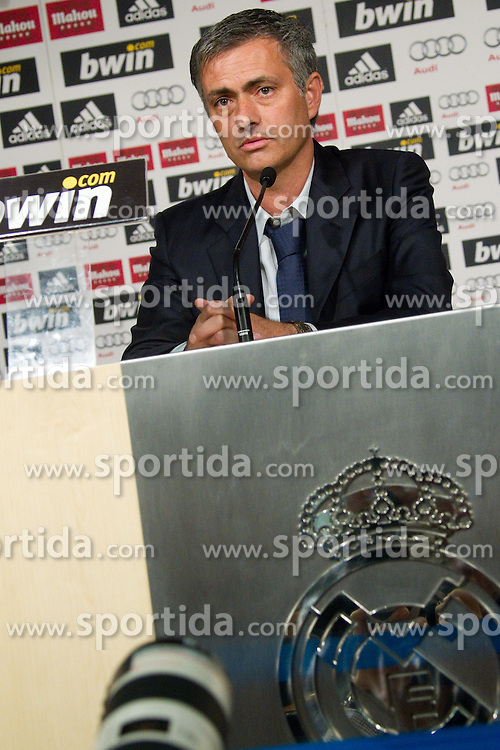 31.05.2010, Estadio Santiago Bernabeu, Madrid, ESP, Real Madrid, Präsentation Jose Mourinho im Bild Real Madrid's neuer Trainer Jose Mourinho und Fotografen, EXPA Pictures © 2010, PhotoCredit: EXPA/ Alterphotos/ Alvaro Hernandez / SPORTIDA PHOTO AGENCY