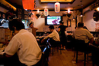 Restaurant in the business district Seolleung, South Seoul, where Korean workers meet after work for dinner and watch baseball games,  South Korea. 2009<br /> <br /> Restaurant dans le quartier de Seolleung ou les coreens vont apres le travail pour passer un moment et regarder des matches de baseball, Seoul, Coree du Sud.