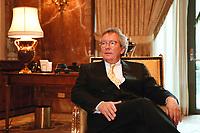 "31 MAR 2000, BERLIN/GERMANY:<br /> Dr. Stephan Holthoff-Pförtner, Rechtsanwalt von Helmut Kohl, nach einer Pressekonferenz ""Hat sich unser Mandant, Herr Bundesknazler a. D. Dr. Helmut Kohl, durch sein Verhalten in der Parteispendenaffäre strafbar gemacht?"", Four Seasons Hotel <br /> IMAGE: 20000331-01/02-24<br /> KEYWORDS: Stephan Holthoff-Pfoertner"