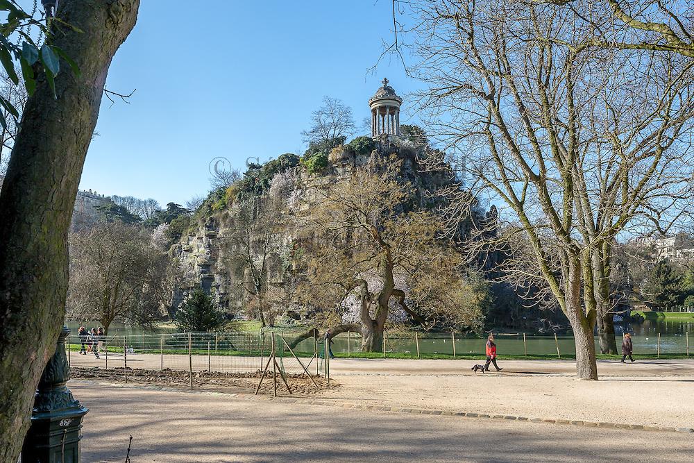 Vue sur le belvédère du parc des Buttes Chaumont // Belvedere of Buttes Chaumont park