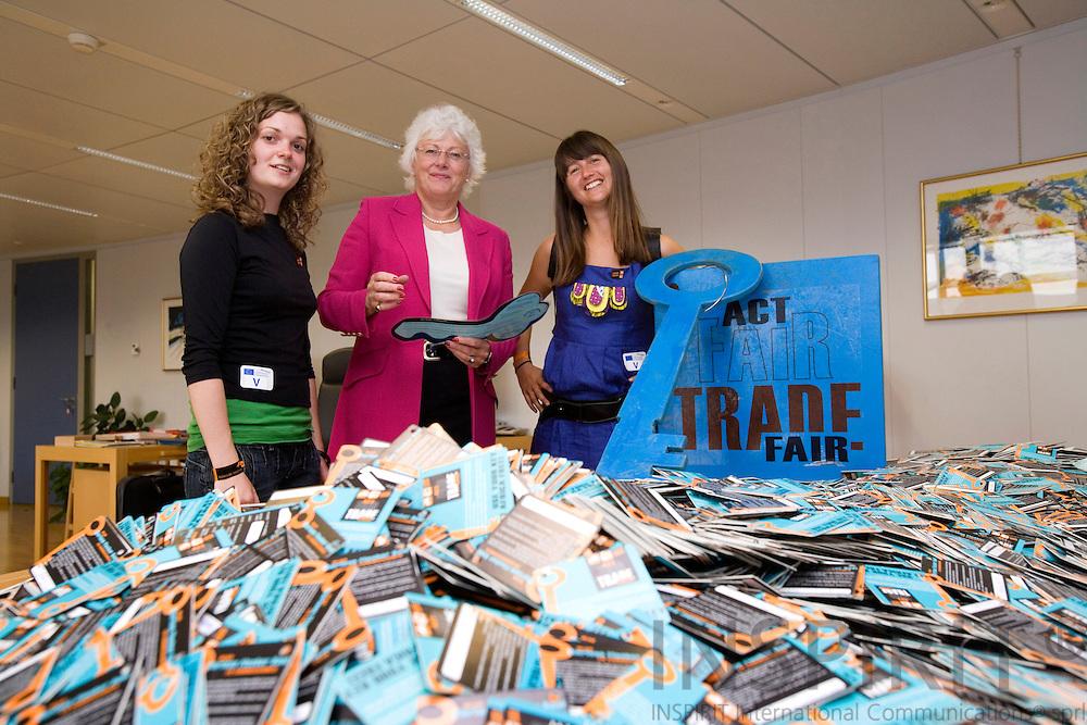 BRUSSELS - BELGIUM - 11 JULY 2007  -- 8.000 mudrede underskrifter til Fischer Boel -- Onsdag d. 11. juli overrakte Sigrid Dahl(tv) og Line Buchholt(th), frivillige fra Folkekirkens Nødhjælp og Roskilde Festival, over 8.000 mudrede underskrifter til landbrugskommissær Mariann Fischer Boel. Underskrifterne er en opfordring til kommissæren og EU om at arbejde for en global handelsaftale til gavn for verdens fattigste lande. De mange underskrifter blev afleveret af festivalgæster i Roskilde som en del af festivalens humanitære fokus, humantohuman, der satte fingeren på den uretfærdige verdenshandel. Afrika holdes fanget i fattigdom, fordi Vesten ikke tillader Afrika at handle på lige vilkår, men tvært imod udkonkurrerer afrikanske varer og holder dem ude ved hjælp af handelsbarrierer. -- Photo: Erik Luntang / INSPIRIT Photo