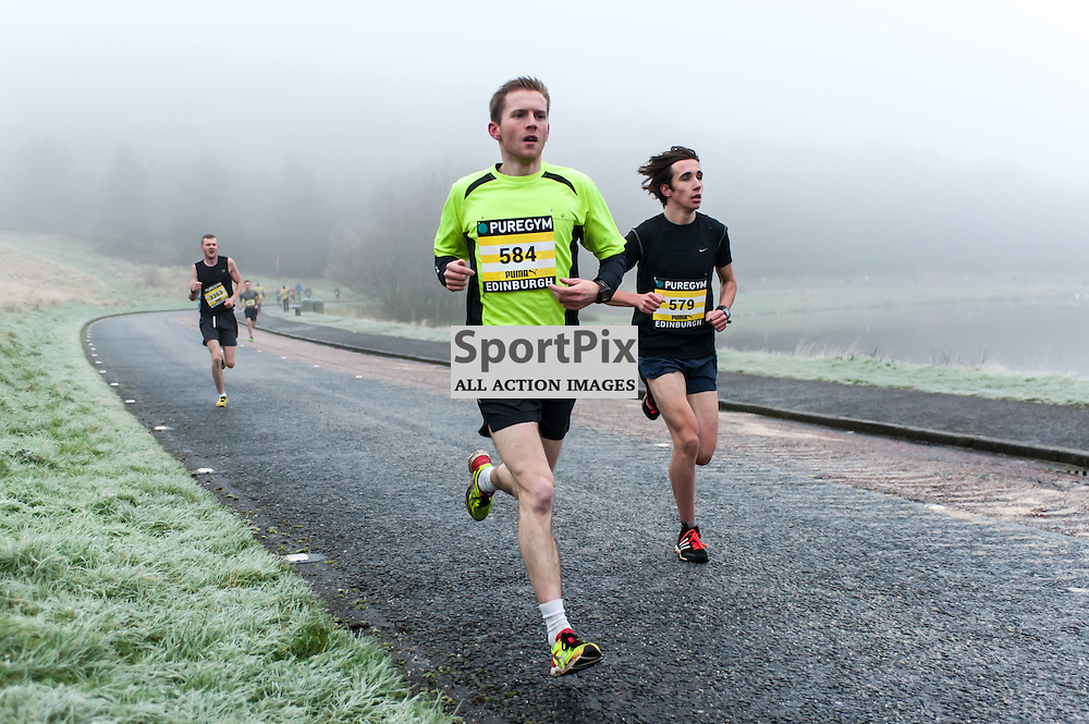 The leading runners emerge from the mist during the PureGym Great Edinburgh Winter Run. Photo: All Rights Reserved (c)  Paul Roberts | SportPix.org.uk