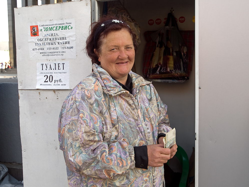 Toilettenfrau im Zentrum der russischen Hauptstadt Moskau. An vielen öffentlichen Orten und Straßen in Moskau gibt es Chemietoiletten die man gegen ein geringe Gebühr benutzen kann. <br /> <br /> Lavatory attendant in the center of the Russian capitol Moscow. For a small amount of money it is possible to use chemical toilets on many public street locations.