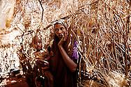 Tørke i Kenya, Afrikas horn. I det Nordøstlige område har det ikke i 4 år og alt er knas tørt, vandhullerne er tørret ud og folk må bruge alt deres energi på at skaffe vand. Nomadefolket der lever i det nordøstlige Kenya har mistet næsten alle deres geder, kvæg og kameler, som er døde som følge af tørken. Der er ingen græs eller anden mad til dyrene tilbage og vandressourserne sparsomme. Det er dyr som er livsvigtige for nomaderne, da det er alt hvad de ejer og har og uden dyr bliver livet svært og de kan ikke længere skaffe mad selv. I landsbyen Barmil venter folk på vand, da deres brønde er udtørret, de er helt afhængige af donationer til at en vandlastbil kommer og fylder byen vandtank op. Der er en gåtur med æsler på 6 timer hver vej for at hente vand. Suldana Mohamed på 28 år har fået seks børn og har svært ved at skaffe vand og mad til dem, da der er tre som endnu ikke er kommet i skole, hvor skolebørnene får et måltid mad om dagen. Flere børn er begyndt at droppe ud af skolerne selvom  det er der de får mad, men de har ikke kræfter til at gå i skole.
