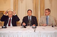 08 MAY 1999 - KOENIGSWINTER, GERMANY:<br /> Viktor Tschernomyrdin, Jugoslawien-Beauftragter der russischen Regierung, Gerhard Schröder, Bundeskanzler, und Carl Bildt, Sondergesandter des Generalsekretär der Vereinten Nationen für das Kosovo, während einer Pressekonferenz zu den Gesprächen zur Lage im Kosovo, Gästehaus Petersberg, Königswinter<br /> IMAGE: 19990508-01/01-11<br /> KEYWORDS: Gerhard Schroeder