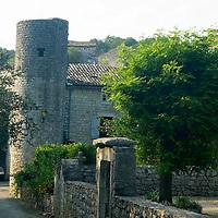 EN> The only round tower by the rampart of Balazuc, France. |<br /> SP> La única torre redonda de la muralla del pueblo de Balazuc, Francia