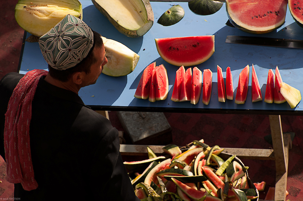— The Kashgar Oasis is famous for its fruit. Many vendors line the streets along the bazzar and in front the mosque, selling watermelon (tawuz) and sweet melon (khoghun) to passersby.