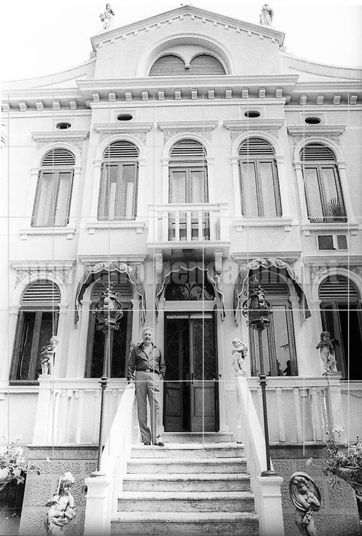 Lancenigo (Treviso),1979. Tenor Mario Del Monaco in front of his house / Lancenigo (Treviso). Il tenore Mario Del Monaco di fronte alla sua casa - © Marcello Mencarini