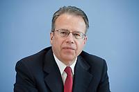 12 APR 2010, BERLIN/GERMANY:<br /> Frank-Juergen Weise, Vorstandsvorsitzender der Bundesanstalt fuer Arbeit, waehrend einer Pressekonferenz zur Vorstellung der Strukturkommission der Bundeswehr, Bundespressekonferenz<br /> IMAGE: 20100412-01-004<br /> KEYWORDS: Frank-Jürgen Weise