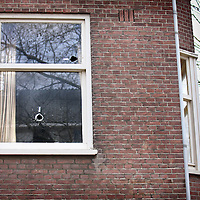Nederland, Amsterdam , 2 maart 2012..kogelgaten in een woning op het Reinier Claessenplein nr 106, 108 in Amsterdam West..Foto:Jean-Pierre Jans