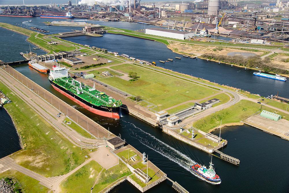 Nederland, Noord-Holland, Gemeente Velsen, 09-04-2014; Noordzeekanaal met sluizen IJmuiden. Noordersluis. Spuisluis en Tata Steel (Hoogovens) in de achtergrond<br /> Entrance Noorzee-channel with locks and Tata Steel (background).<br /> luchtfoto (toeslag op standard tarieven);<br /> aerial photo (additional fee required);<br /> copyright foto/photo Siebe Swart
