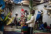 Un panier tressé en feuille de pandanus comprenant le don monétaire est offert au clan de la femme.