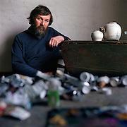 28-02-2000-Westeremden (GR), kunstenaar Henk Helmantel in zijn atelier.<br /> Foto: Sake Elzinga