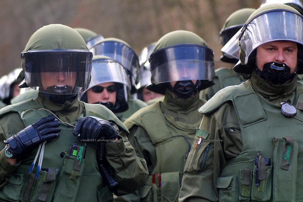 Beamte des Bundesgrenzschutz warten auf den Einsatzbefehl eine Sitzblockade von Atomkraftgegnern zu räumen. Die Demonstranten haben aus Protest gegen einen Transport von Castorbehältern nach Gorleben die Schienen besetzt.