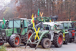08.11.2010, Castortransport 2010, Goehrde, GER, Treckerblockade der Wendlandbauern sorgt kilometerlange Rueckstaus, EXPA Pictures © 2010, PhotoCredit: EXPA/ nph/  Kohring+++++ ATTENTION - OUT OF GER +++++