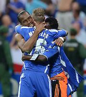 FUSSBALL   SAISON 2011/2012   CHAMPIONS LEAGUE FINALE FC Bayern Muenchen - FC Chelsea  19.05.2012 Jubel nach dem Abpfiff: Didier Drogba (li) umarmt Raul Meireles (FC Chelsea)