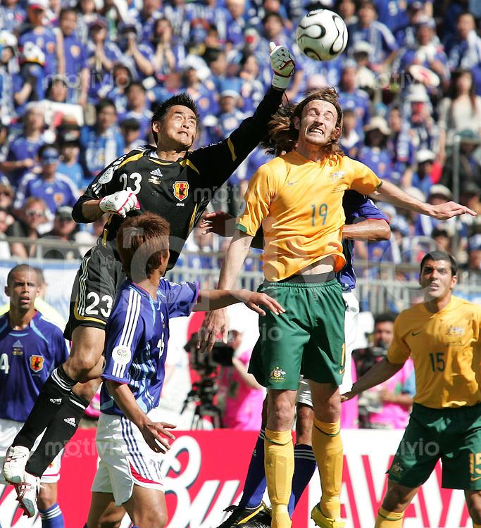Fussball  International WM2006  Vorrunde Australien-Japan v.l.n.r Yoshikatsu KawaguchiTakashiFukunishi (JPN), Joshua Kennedy (AUS