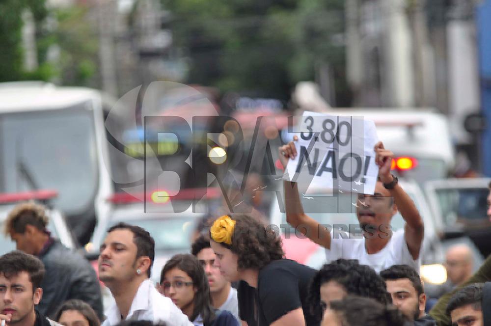 GUARULHOS,SP, 19.01.2016 - PROTESTO-SP - Manifestantes do MPL (Movimento Passe Livre) durante ato no centro da cidade de de Guarulhos na Grande São Paulo nesta terça-feira, 19 (Foto: Renato Gizzi / Brazil Photo Press)