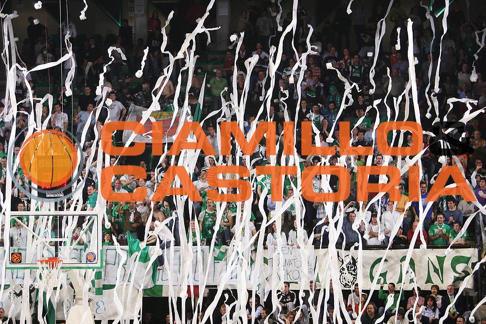 DESCRIZIONE : Treviso Lega A1 2005-06 Benetton Treviso Armani Jeans Olimpia Milano <br /> GIOCATORE : Tifosi <br /> SQUADRA : Benetton Treviso <br /> EVENTO : Campionato Lega A1 2005-2006 <br /> GARA : Benetton Treviso Armani Jeans Olimpia Milano <br /> DATA : 09/04/2006 <br /> CATEGORIA : Esultanza <br /> SPORT : Pallacanestro <br /> AUTORE : Agenzia Ciamillo-Castoria/S.Silvestri