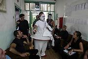 """Nei camerini nel carcere di Volterra, lo spettacolo coi detenuti attori della compania della Fortezza. Tratto da """"Romeo e Giulietta - Mercuzio non vuole morire"""" di W. Shakespeare, regia Armando Punzo. Gli attori discutono prima dello spettacolo"""