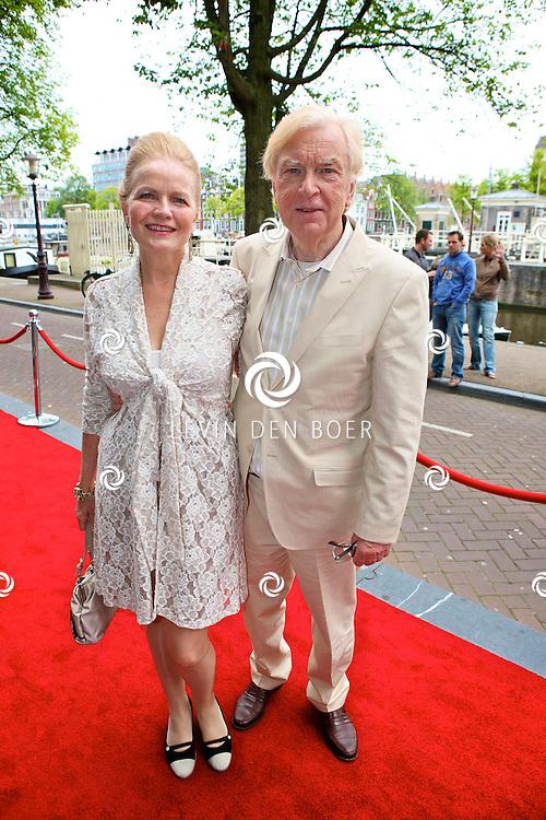 AMSTERDAM - Bij het Koninklijk Theater Carre is de premiere van Circus Hurricane Hans Klok van start gegaan.  Met op de foto Henk van der Meyden en partner Monica Strotman. FOTO LEVIN DEN BOER - PERSFOTO.NU