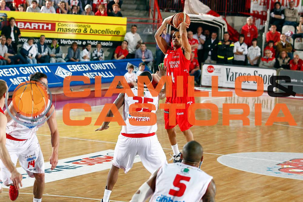 DESCRIZIONE : Varese Lega A 2010-11 Cimberio Varese Armani Jeans Milano<br /> GIOCATORE : Lynn Greer<br /> SQUADRA : Armani Jeans Milano<br /> EVENTO : Campionato Lega A 2010-2011<br /> GARA : Cimberio Varese Armani Jeans Milano<br /> DATA : 17/04/2011<br /> CATEGORIA : Tiro Three Points<br /> SPORT : Pallacanestro<br /> AUTORE : Agenzia Ciamillo-Castoria/G.Cottini<br /> Galleria : Lega Basket A 2010-2011<br /> Fotonotizia : Varese Lega A 2010-11 Cimberio Varese Armani Jeans Milano<br /> Predefinita :
