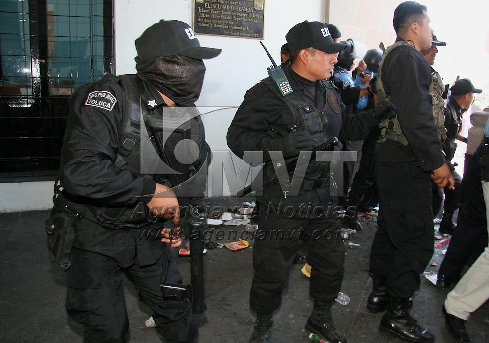 Toluca, Mex.- Granaderos de la policia municipal se enfrentaron con comerciantes ambulantes de distintas organizaciones que intentaron ingresar al ayuntamiento en protesta por su desalojo en dias pasados del predio el Ceboruco. Agencia MVT / Luis Enrique Hernandez V. (DIGITAL)<br /> <br /> <br /> <br /> <br /> <br /> <br /> <br /> NO ARCHIVAR - NO ARCHIVE