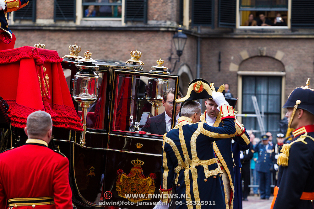 NLD/Den Haag/20130917 -  Prinsjesdag 2013, Prins Constantijn stapt uit de glazen koets
