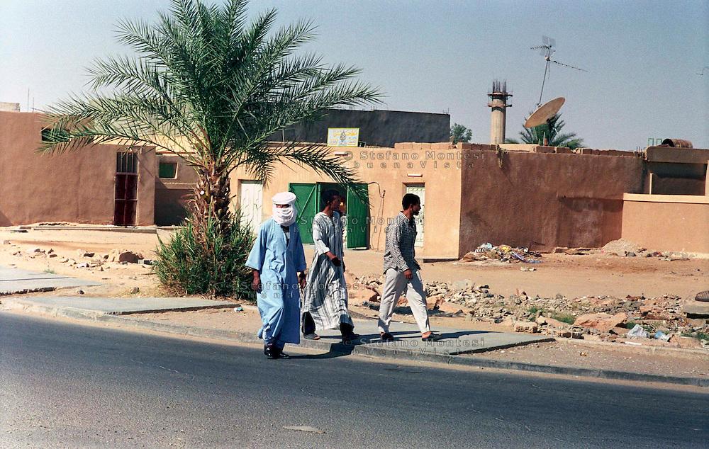 Libia, Ghadhames 2002.Uomini camminano per le vie della città nuova.Libya, Ghadhames 2002.Men walk for the streets of the new city.