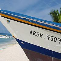 Parque Nacional Archipielago Los Roques, es un hermoso archipiélago de pequeñas islas coralinas que se encuentra ubicado en el Mar Caribe y ocupa 221.120 hectáreas. Peñero en el Gran Roque.