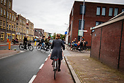 In Utrecht rijden fietsers door de stad.<br /> <br /> In Utrecht cyclists ride at the city center.