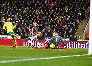 Sheffield United's Clayton Donaldson slips the ball past Norwich City's 'keeper Angus Gunn for the second goal during the EFL Sky Bet Championship match between Norwich City and Sheffield Utd at Carrow Road, Norwich, England on 20 January 2018. Photo by John Marsh.