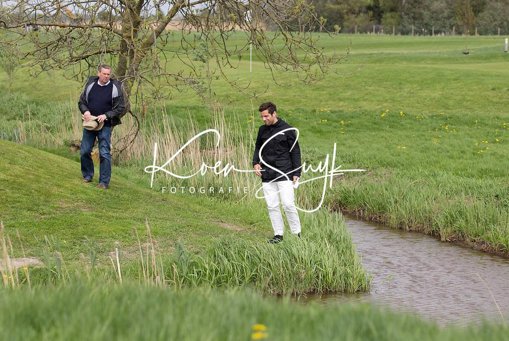AMSTELVEEN - GOLF - Bal in het water voor Valentin Verga en Arthur Beerendonk.  Par 3 wedstrijd tussen vier voetballers en vier hockeyers, tijdens de Amsterdam Golf Show op de golfbaan van Amsteldijk. Organisator Arthur Beerendonk. De hockeyers zijn Valentin Verga, Billy Bakker, Mirco Pruijser , Robert Tiggesen  voetballers John Bosman, Barry van Galen, Mickey Van der Hart (Ajax) en Joël Veltman (Ajax). FOTO KOEN SUYK