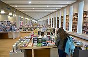 Nederland, Arnhem, 27-5-2014Gemeentelijke bibliotheek in het nieuwe gebouw de Rozet. Op de kinderafdeling zijn ook boeken met grote letters te vinden.Foto: Flip Franssen/Hollandse Hoogte