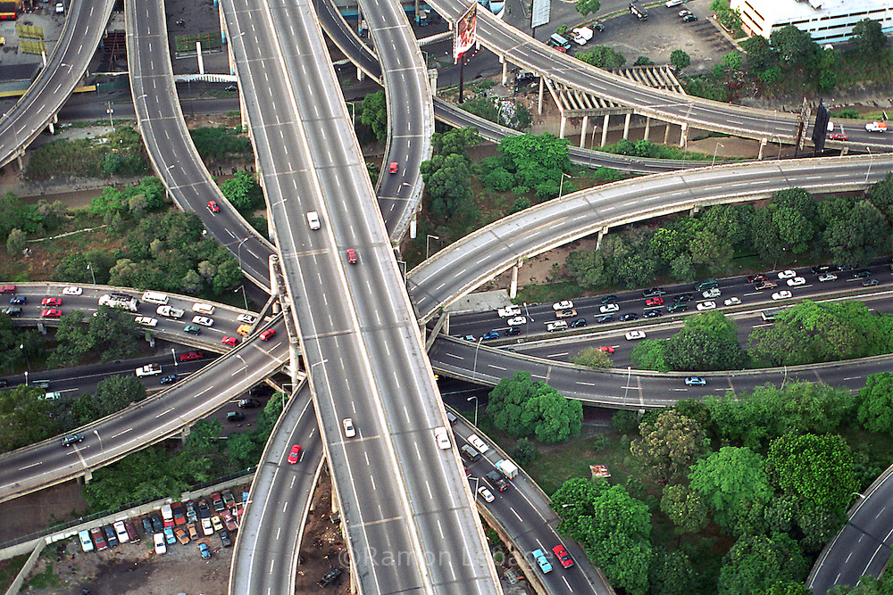 La autopista principal de Caracas, vista desde el cielo. Muestra un tráfico fluido en sus dos direcciones. Se puede observar los diferentes accesos de entrada o salida. Caracas, 19 - 09 - 2005 (Ramón Lepage / Orinoquiaphoto)  )   Aerial view the city of Caracas. The city with its Modern arquitecture, Highways and contrast between the rich and poor neighborhoods is surrounded by the Avila National Park and many hills around the valley where the shanty Towns or ´´barrios¨ have grown to become one the largest in Latin America.  (Ramón Lepage / Orinoquiaphoto)