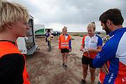 Teleurstelling bij het team na de valpartijen. Op maandagochtend vinden de kwalificaties plaats. Het team slaagt er door valpartijen niet in om de rijders en de VeloX V te kwalificeren. Het Human Power Team Delft en Amsterdam (HPT), dat bestaat uit studenten van de TU Delft en de VU Amsterdam, is in Amerika om te proberen het record snelfietsen te verbreken. Momenteel zijn zij recordhouder, in 2013 reed Sebastiaan Bowier 133,78 km/h in de VeloX3. In Battle Mountain (Nevada) wordt ieder jaar de World Human Powered Speed Challenge gehouden. Tijdens deze wedstrijd wordt geprobeerd zo hard mogelijk te fietsen op pure menskracht. Ze halen snelheden tot 133 km/h. De deelnemers bestaan zowel uit teams van universiteiten als uit hobbyisten. Met de gestroomlijnde fietsen willen ze laten zien wat mogelijk is met menskracht. De speciale ligfietsen kunnen gezien worden als de Formule 1 van het fietsen. De kennis die wordt opgedaan wordt ook gebruikt om duurzaam vervoer verder te ontwikkelen.<br /> <br /> The qualifying on Monday. The team didn't qualify due to crashes. The Human Power Team Delft and Amsterdam, a team by students of the TU Delft and the VU Amsterdam, is in America to set a new  world record speed cycling. I 2013 the team broke the record, Sebastiaan Bowier rode 133,78 km/h (83,13 mph) with the VeloX3. In Battle Mountain (Nevada) each year the World Human Powered Speed Challenge is held. During this race they try to ride on pure manpower as hard as possible. Speeds up to 133 km/h are reached. The participants consist of both teams from universities and from hobbyists. With the sleek bikes they want to show what is possible with human power. The special recumbent bicycles can be seen as the Formula 1 of the bicycle. The knowledge gained is also used to develop sustainable transport.