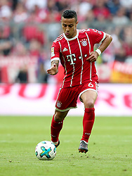 14.04.2018, Allianz Arena, Muenchen, GER, 1. FBL, FC Bayern Muenchen vs Borussia Moenchengladbach, 30. Runde, im Bild Thiago Alcantara (FC Bayern Muenchen #6) // during the German Bundesliga 30th round match between FC Bayern Munich and Borussia Moenchengladbach at the Allianz Arena in Muenchen, Germany on 2018/04/14. EXPA Pictures &copy; 2018, PhotoCredit: EXPA/ Eibner-Pressefoto/ Langer<br /> <br /> *****ATTENTION - OUT of GER*****