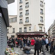 Lendemain des attentats à Paris du 13 novembre 2015. Hommage aux victimes des fusillades à l'Angle des rues Bichat et Alibert (10e arrondissement) au bar Le Carillon et au restaurant Le Petit Cambodge
