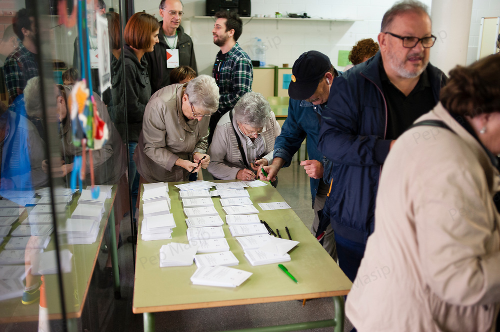 Terrassa, Catalonia, Spain. Saturday, 01 October 2017. Catalan referendum. First voters are welcomed by people clapping hands. Setting up the polling stations and first voters.SpainParents and families are doing many kinds of activities at tomorrows Catalan referendum polling stations. Activists and families had spend the night inside their assigned polling stations as a measure to try to avoid the closure of the schools by the police.  Terrassa, Catalonia.